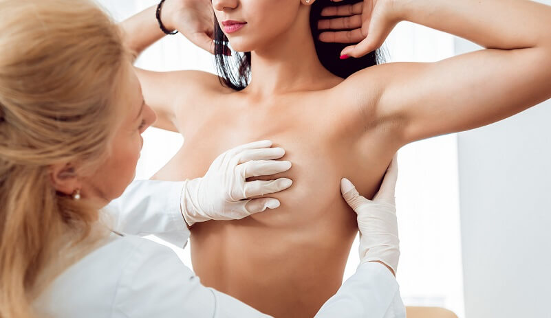 doctor diagnosing women boobs size featured image